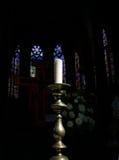 Kaars in Gotische Kerk Stock Afbeeldingen
