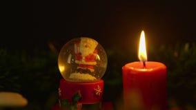 Kaars het branden met de lengte van de sneeuwbol Kerstmis stock video