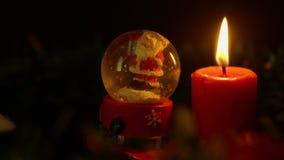 Kaars het branden met de lengte van de sneeuwbol Kerstmis stock footage
