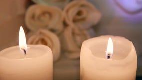 Kaars het branden op de achtergrond van een huwelijkscake stock footage