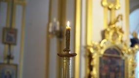 Kaars in kerk bij ceremonie stock videobeelden