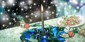 Kaars, Kerstmiskroon en decoratie op vakantielijst Royalty-vrije Stock Foto