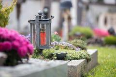 Kaars/lantaarn bij de begraafplaats, begrafenis, verdriet royalty-vrije stock afbeeldingen