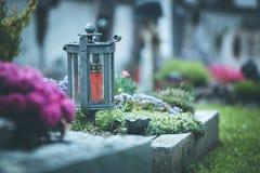 Kaars/lantaarn bij de begraafplaats, begrafenis, verdriet royalty-vrije stock foto's