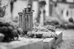 Kaars/lantaarn bij de begraafplaats, begrafenis, verdriet stock afbeeldingen
