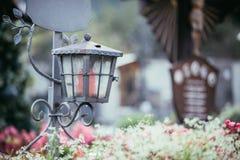 Kaars/lantaarn bij de begraafplaats, begrafenis, verdriet Floerws en Exemplaarruimte royalty-vrije stock foto's