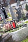 Kaars/lantaarn bij de begraafplaats, begrafenis, verdriet royalty-vrije stock foto