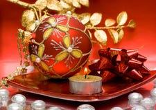 Kaars met de bal van Kerstmis stock foto's
