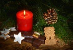 Kaars met Kerstmisdecoratie Stock Afbeeldingen