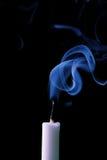 Kaars met rook Stock Foto's