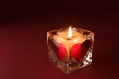 Kaars met valentijnskaarten op de rode achtergrond Royalty-vrije Stock Afbeelding