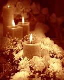 Kaars op bloemenachtergrond Stock Fotografie