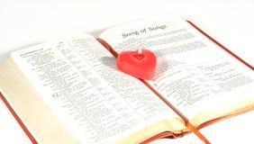 Kaars op de Heilige Bijbel Stock Afbeeldingen