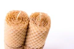 Kaars van bijenwas wordt gemaakt op witte achtergrond die Royalty-vrije Stock Afbeelding