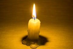 Kaarsbrandwond en warm licht op de donkere muurachtergrond Royalty-vrije Stock Foto's
