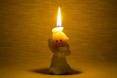 Kaarsbrandwond en warm licht op de donkere muurachtergrond Stock Foto's