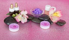 Kaarsen, aromaolie, zout, stenen en bloemen Stock Fotografie