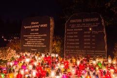 Kaarsen bij herdenkingsplaque gewijd aan de slachtoffers van Poolse Verrichting van NKVD/ royalty-vrije stock afbeelding