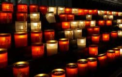 Kaarsen bij katholieke tempel Stock Afbeeldingen