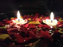 Kaarsen bij laag licht royalty-vrije stock afbeeldingen