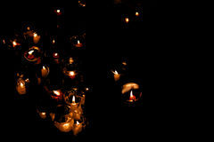 Kaarsen bij nacht in geheugen van de treurige gebeurtenis Stock Foto