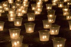 Kaarsen in dark Royalty-vrije Stock Afbeeldingen