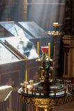 Kaarsen in de donkere Kerk in het licht van het venster Royalty-vrije Stock Afbeelding