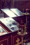 Kaarsen in de donkere Kerk in het licht van het venster Royalty-vrije Stock Foto