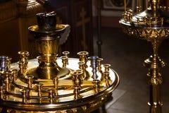 Kaarsen in de donkere Kerk in het licht van het venster Stock Foto's
