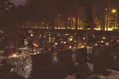 Kaarsen in de Kalevankangas-begraafplaats in Tampere worden aangestoken dat Stock Foto's