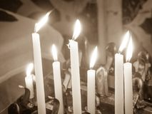 Kaarsen in de kerk worden aangestoken die Stock Fotografie