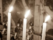 Kaarsen in de kerk worden aangestoken die Royalty-vrije Stock Foto