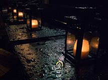 Kaarsen in de regen royalty-vrije stock afbeeldingen