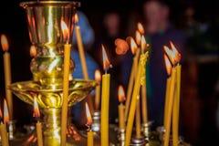 Kaarsen in de tempel Godsdienst en Orthodoxy in de Tempels Kaarsenbrandwond royalty-vrije stock afbeeldingen