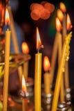Kaarsen in de tempel Godsdienst en Orthodoxy in de Tempels Kaarsenbrandwond stock fotografie