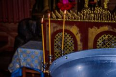 Kaarsen in de tempel Godsdienst en Orthodoxy in de Tempels Kaarsenbrandwond royalty-vrije stock foto