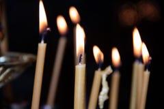 Kaarsen in de tempel Godsdienst en Orthodoxy in de Tempels Kaarsenbrandwond stock foto