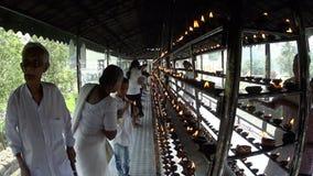 Kaarsen in de Tempel van de Tand van Boedha stock video