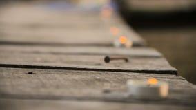 Kaarsen, die één voor één langzaam verdwijnen stock footage