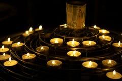 Kaarsen die als gebed, Notre dame, kathedraal, Parijs, Frankrijk worden aangestoken Stock Foto