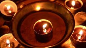 Kaarsen die bij altaar branden stock video
