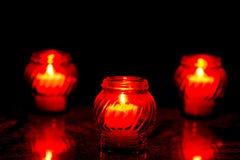 Kaarsen die bij een Begraafplaats tijdens Al Heiligendag branden Royalty-vrije Stock Afbeeldingen