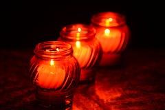 Kaarsen die bij een Begraafplaats tijdens Al Heiligendag branden Royalty-vrije Stock Foto's