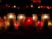 Kaarsen die bij een kerkaltaar worden aangestoken   Royalty-vrije Stock Afbeeldingen