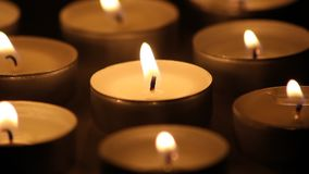 Kaarsen die in dark branden stock videobeelden