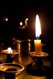Kaarsen die in de kerk branden. Royalty-vrije Stock Foto
