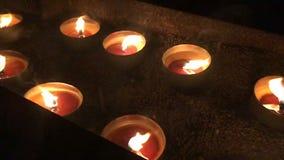 Kaarsen die in de nacht in Helsingborg branden stock video