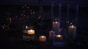 Kaarsen die onder een verfraaide boom met rozen branden De vakantie van Kerstmis stock footage