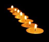 Kaarsen die op een zwarte achtergrond worden geïsoleerd. Stock Foto's