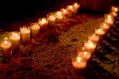 Kaarsen in een altaar van deads in Mexico stock afbeelding